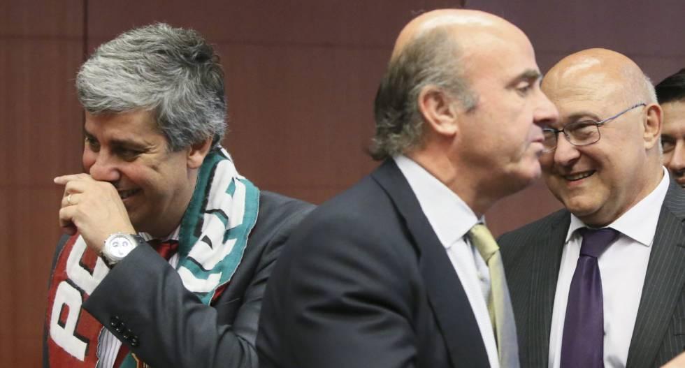 El ministro en funciones de Economía, Luis de Guindos (c), en la reunión del Eurogrupo del pasado 11 de julio.