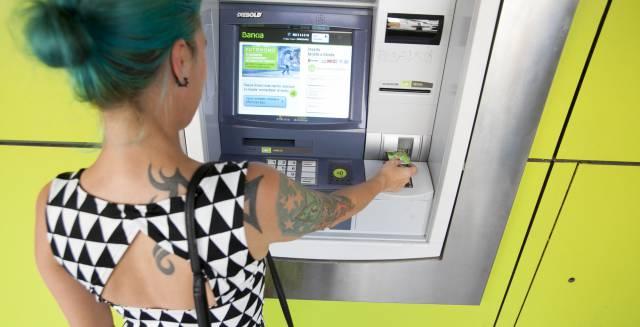 Una mujer utiliza un cajero automático en Madrid.