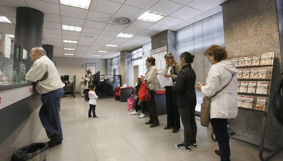 El popular estudia un ajuste de unos empleados y 300 for Oficinas banco madrid