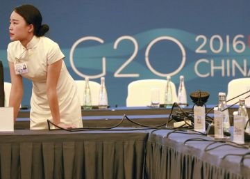 Una azafata revisa los preparativos para la reunión del G-20.