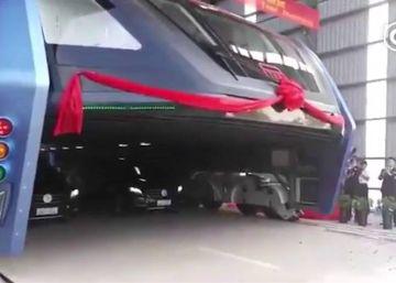 Debuta en China un autobús-túnel capaz de pasar por encima de los atascos