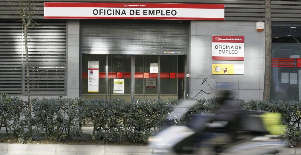 La puerta de una oficina de empleo en Madrid, en el Paseo de las Acacias