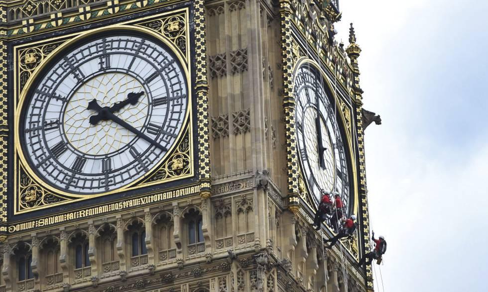Varios hombres limpian el Big Ben en Londres