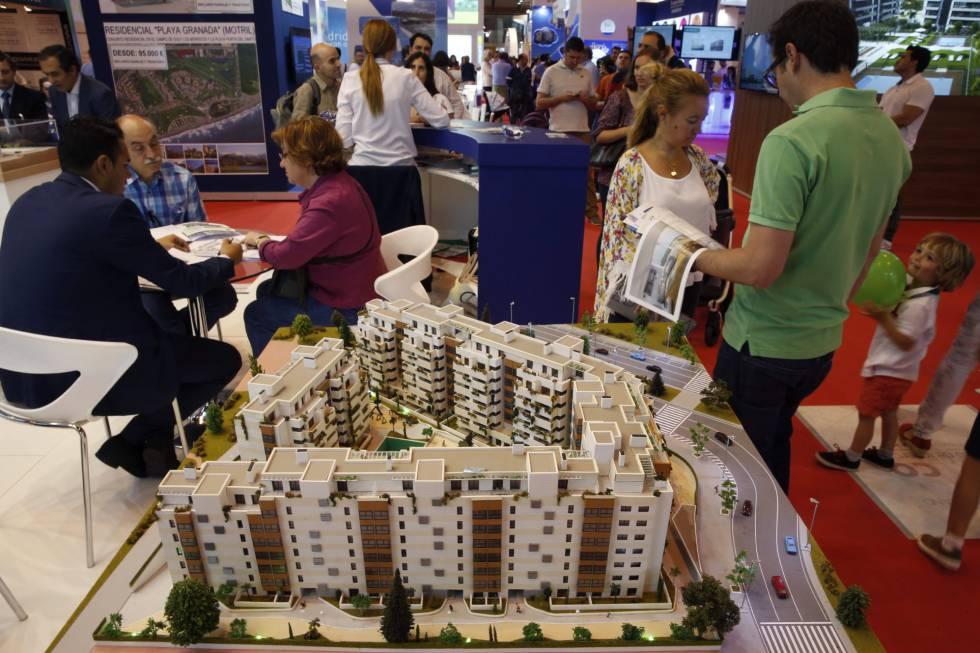 Varias personas visitan el Salón Inmobiliario Internacional de Madrid.