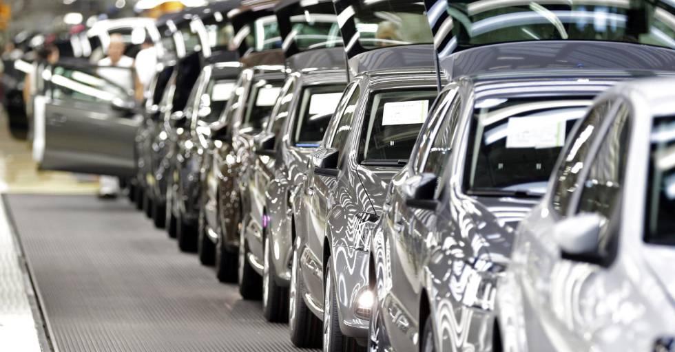 Varios modelos del Golf, en la planta Volkswagen en Wolfsburgo.