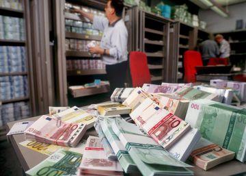 Los depósitos de los hogares caen en 1.800 millones de euros en julio