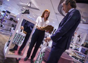 Un cliente y una vendedora en El Corte Inglés de la Castellana (Madrid)