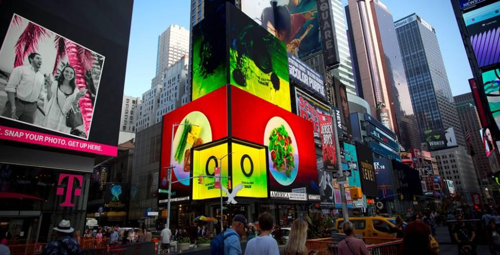 Uno de los anuncios que promocionan el aceite de oliva español en Times Square, Nueva York.