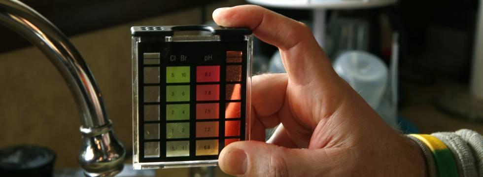 Un hombre mide el pH del agua de su casa en Richfield (Pennsylvania, EE UU) para descubrir si está contaminada con plomo.