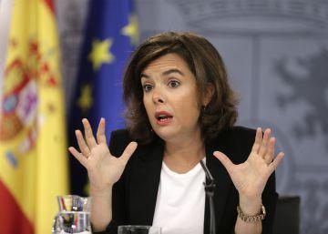 El Ejecutivo amaga con congelar pensiones y sueldos públicos para presionar al PSOE