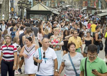 Los turistas que visitan España gastan más por día pero acortan sus viajes