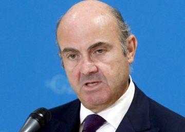 Moscovici niega que Guindos le haya informado sobre la prórroga del Presupuesto