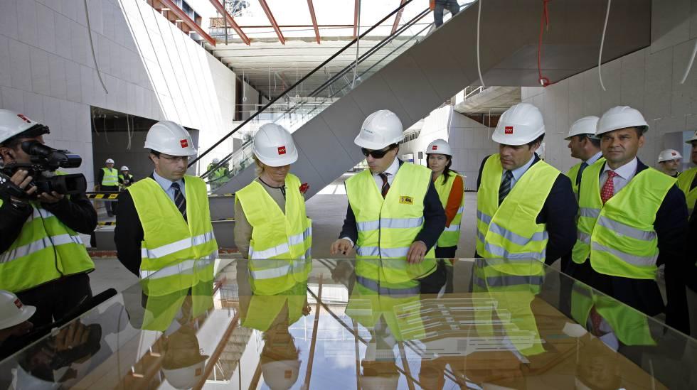 Víctor Madera, primero por la derecha, en una visita junto a Esperanza Aguirre a las obras del hospital de Collado Villalba en 2012.