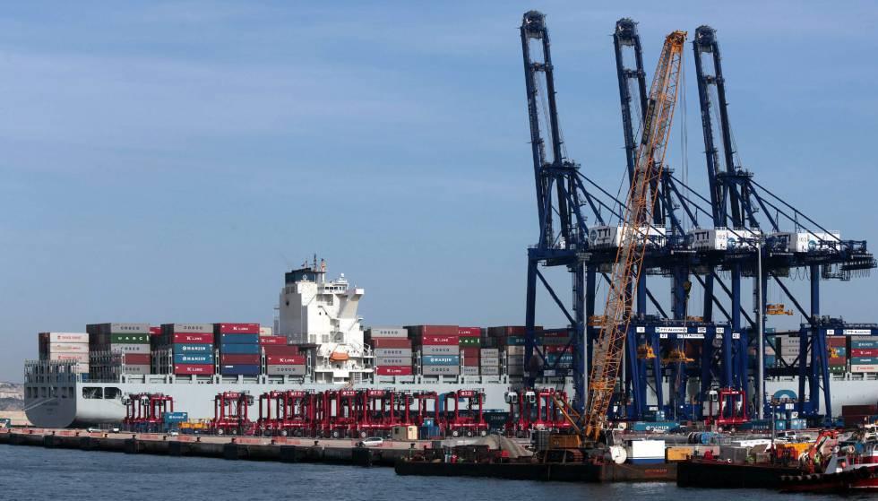 """El buque de portacontenedores """"Hanjin Casablanca"""", atracado en el puerto de Algeciras"""