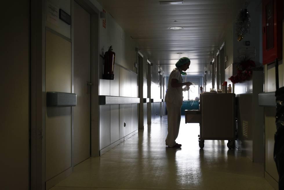 Una trabajadora sanitaria en un hospital de Madrid