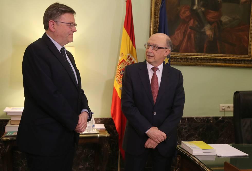 Ximo Puig, presidente de la Generalidad Valenciana, con Cristóbal Montoro, ministro de Hacienda