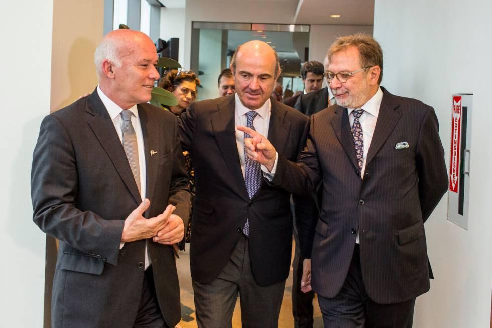 De izquierda a derecha, Eduardo Ferreyros, ministro de Comercio Exterior y Turismo de Perú; Luis de Guindos, ministro de Economía de España; y Juan Luis Cebrián, presidente de EL PAÍS y de PRISA