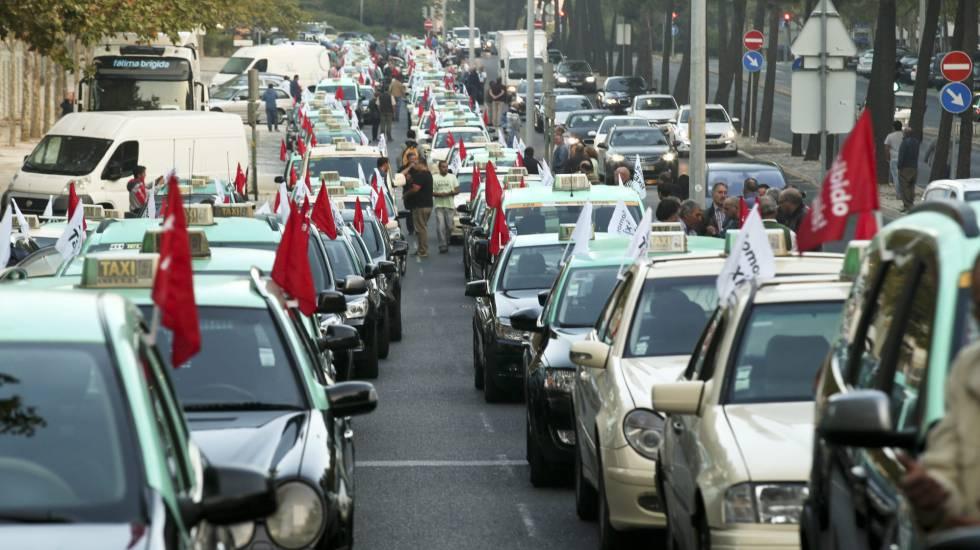 Concentración de taxistas en Lisboa contra Uber.