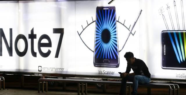 Un anuncio del Galaxy Note 7 en una parada de autobús en Rangún (Birmania).