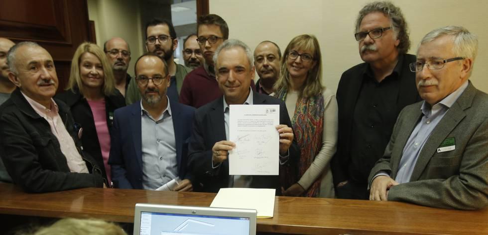 Los líderes sindicales en los extremos, acompañando a los diputados de los grupos que apoyan la proposición de ley