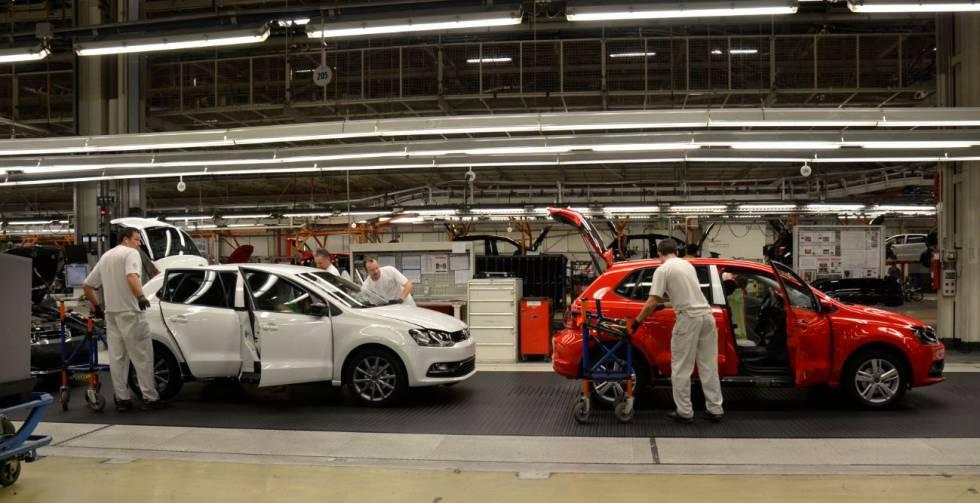 Sala de montaje de la factoría de Volskwagen (Navarra).