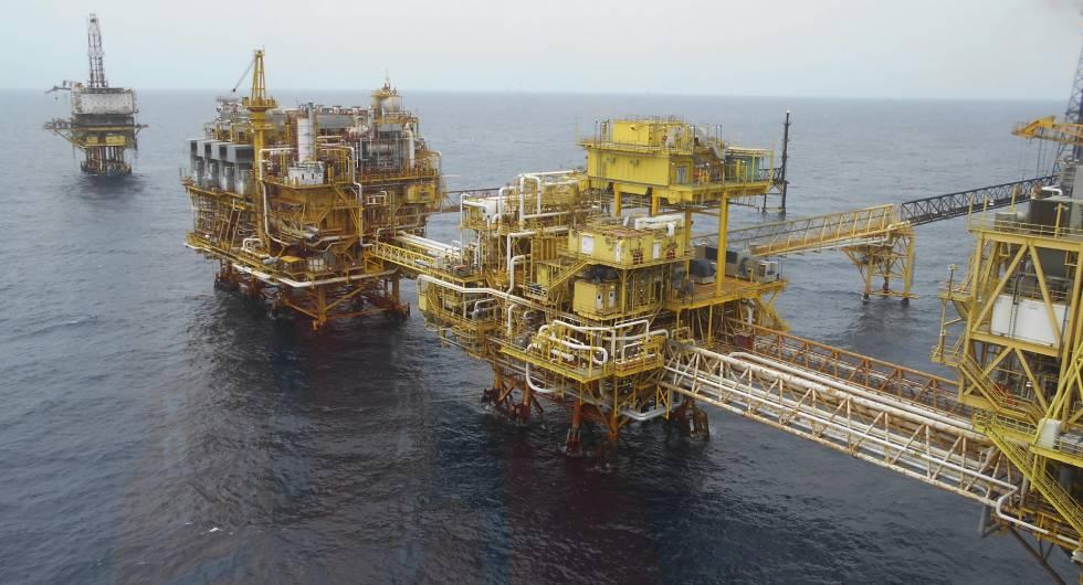 Fotografía  de una plataforma petrolera.