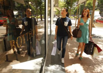 Dos mujeres chinas, de compras en el barrio de Salamanca, en Madrid.