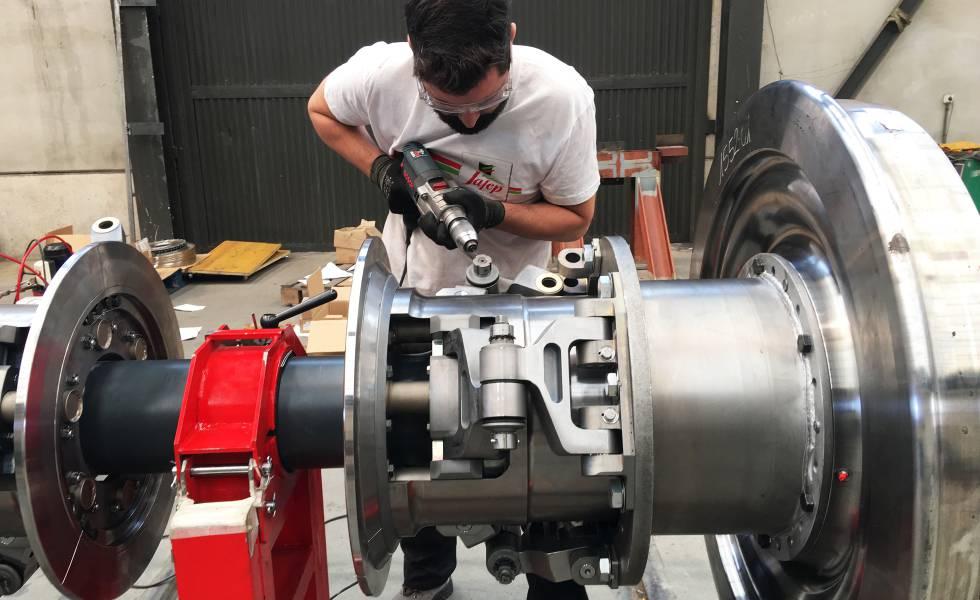 Un operario trabaja sobre el eje de ancho variable en los talleres de Tria.