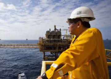 Miles de despidos y pérdidas en Pemex ahondan la crisis del petróleo en México