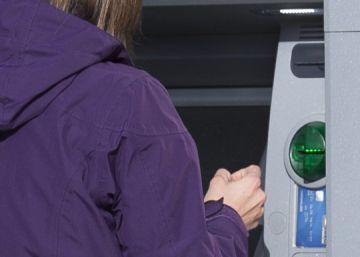 Las grandes entidades no subirán más las tarifas de los cajeros en 2017