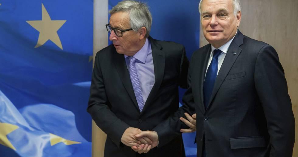 El ministro francés de Asuntos Exteriores, Jean-Marc Ayrault (d), es recibido por el presidente de la Comisión Europea, Jean-Claude Juncker en Bruselas. EFEStephanie Lecocq