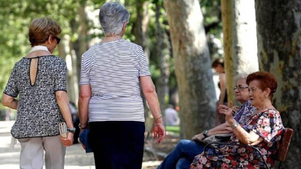 Mujeres jubiladas en el Retiro (Madrid).