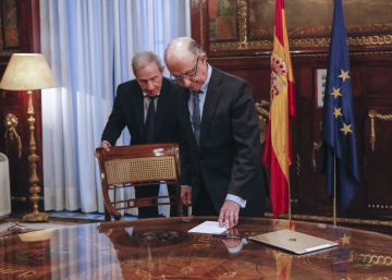 Spanish government delays budget plans to gain negotiating room