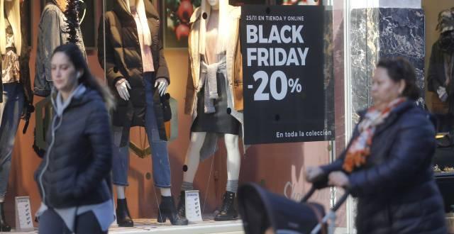 Carteles con ofertas del Black Friday en San Sebastián.
