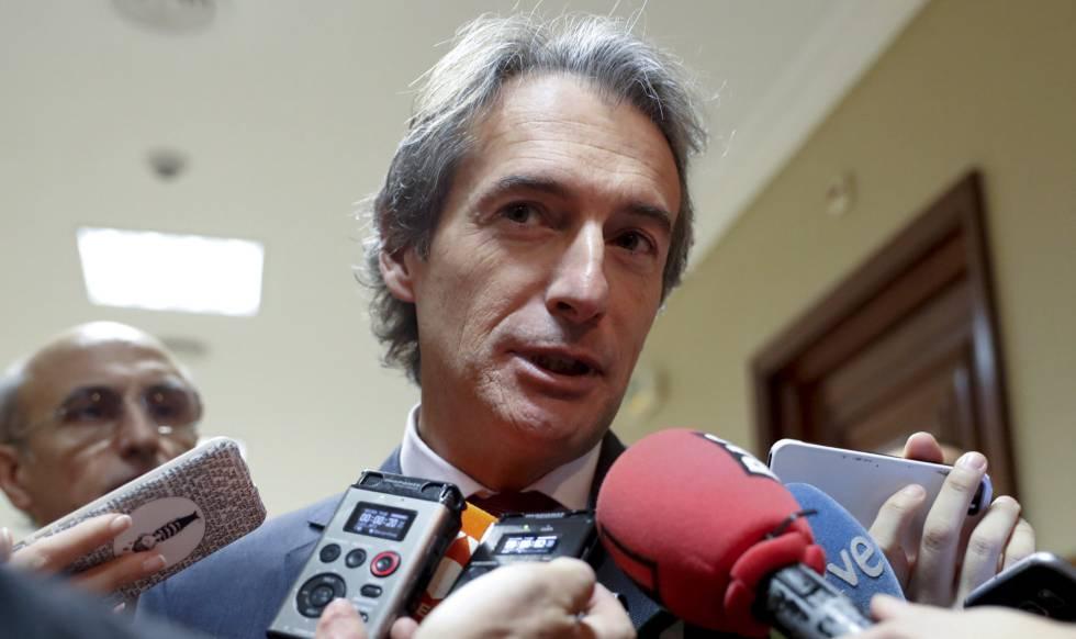 El ministro de Fomento, Iñigo de la Serna, antes de comparecer en la Comisión de Fomento del Congreso.