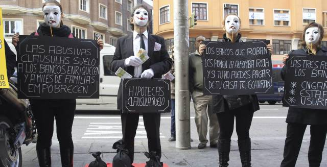 Un grupo de afectados por la claúsula suelo, durante una concentración en Madrid.