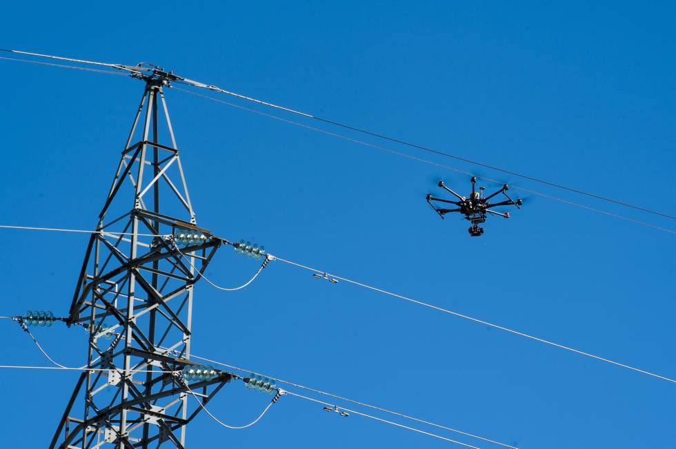El dron se acerca a las redes de alta tensión.