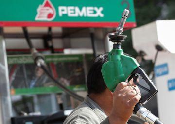 La subida de gasolina amarga la Navidad en México