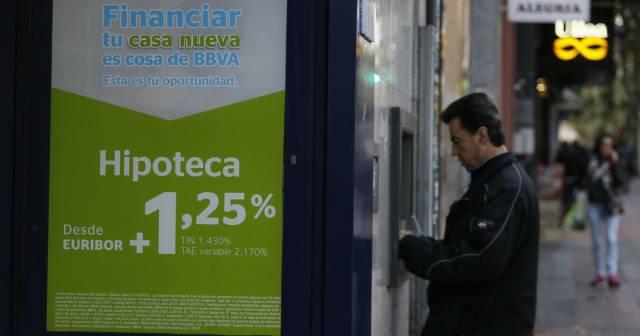 Campaña de ofertas de préstamos hipotecarios en oficinas del BBVA.rn