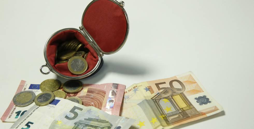Diversos billetes y monedas de euro.