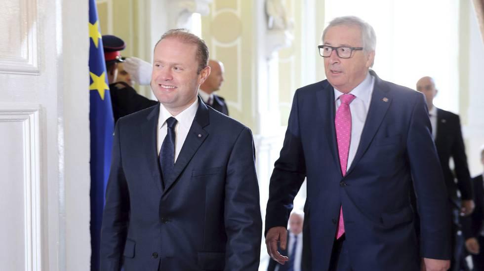 El presidente de la Comisión, Jean-Claude Juncker, junto al primer ministro de Malta, Joseph Muscat, este miércoles.