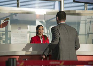 Iberia lanza una tarifa 'premium' con butacas más amplias y con enchufes