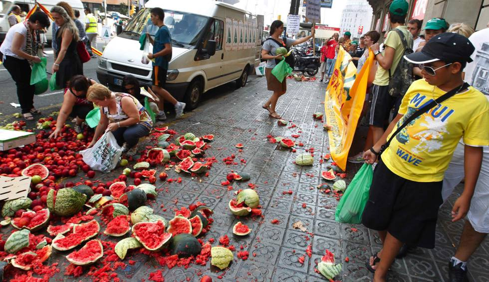 Fruta tirada en la calle durante una protesta ante el consulado de Francia en Barcelona contra los ataques a camiones españoles.