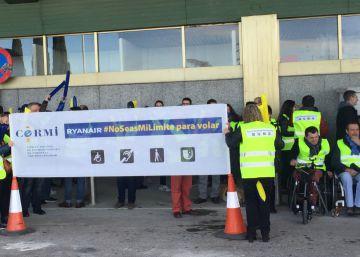 Discapacitados protestan contra las trabas que les pone Ryanair para volar