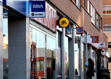 Incertidumbre en las oficinas bancarias el primer día de reclamaciones