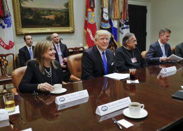Trump ofrece incentivos a los fabricantes de coches de Detroit para que produzcan en EE UU