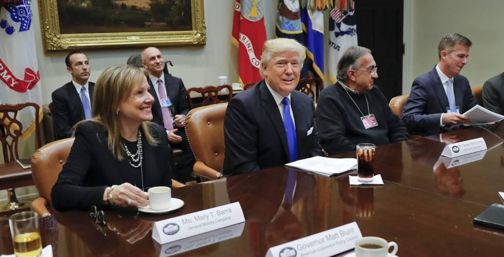 Donald Trump entre Mary Barra e Sergio Marchionne.