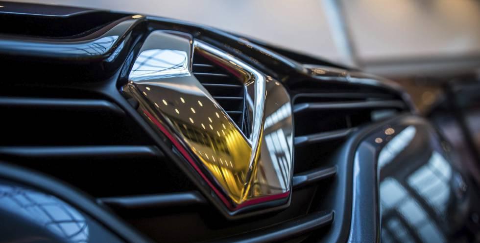 Vista del logo de Renault en el capó de un Renault Clio