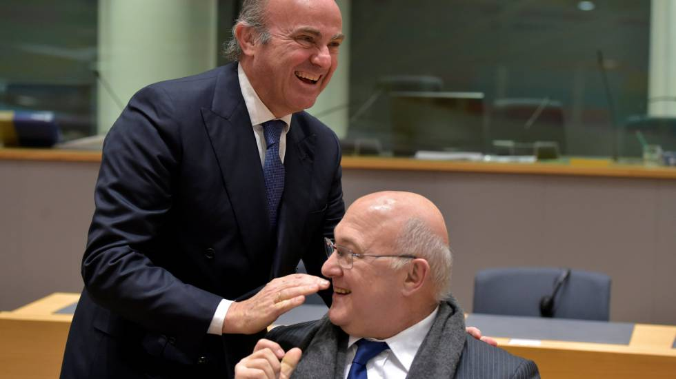 Spanish Economy Minister Luis de Guindos (l) with French counterpart Michel Sapin.