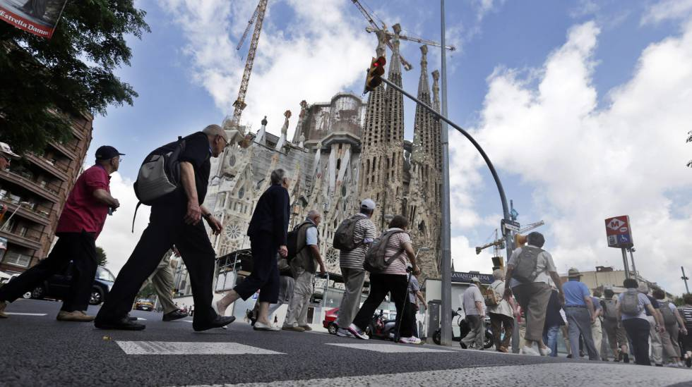 Turistas ante la Sagrada Familia de Barcelona.